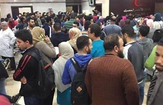 مواطنون يتوافدون على مستشفى الهلال للتبرع بالدم لمصابي حادث قطار محطة مصر