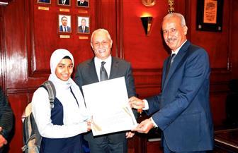 تكريم طالبة ﻹعادتها حقيبة لسائحة باﻷقصر | صور