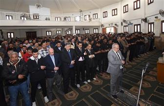 رئيس جامعة القاهرة يؤدي صلاة الغائب على أروح ضحايا حادث قطار رمسيس بمسجد الجامعة| صور