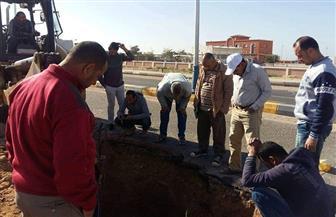 إصلاح كسر في خط الصرف الرئيسي بمدينة الطور | صور