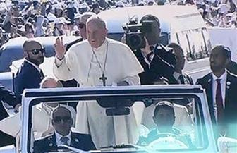 بابا الفاتيكان يصل مدينة زايد الرياضية في سيارة مكشوفة لترؤس القداس الإلهي