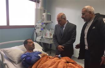 رئيس جامعة كفر الشيخ يزور مدير النشاط الاجتماعي بجامعة السويس بالمستشفى