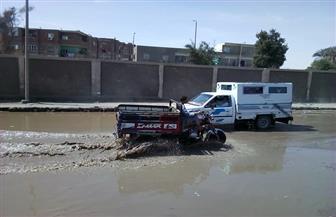 كسر خط مياه رئيسي بكورنيش أسوان.. وأكبر شوارع كوم أمبو يغرق في الصرف الصحي   صور