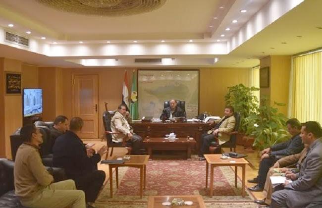 محافظ الفيوم يعقد اجتماعا مع مسئولي قطاعي الطرق والمواقف لمناقشة المشروعات