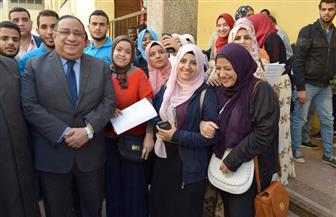 رئيس جامعة حلوان يستمع إلى مطالب الطلاب خلال جولة تفقدية | صور