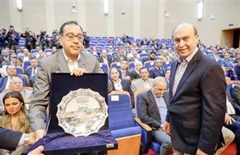 مميش يهدي رئيس الوزراء درع الهيئة الاقتصادية لقناة السويس