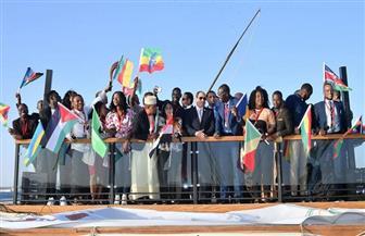 شباب الملتقى العربي الإفريقي يلتقطون صور السيلفي مع الرئيس السيسي
