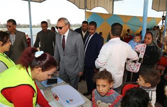 محافظ قنا يتابع الكشف الطبي على الأطفال بمستشفى الخير العائم
