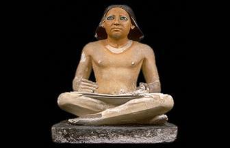 رئيس آثار القاهرة: صورة الغفير الذي يحمل تمثال الكاتب المصري تعود إلى 2002