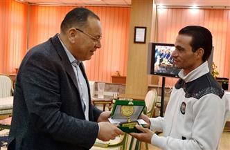 محافظ الشرقية يكرم بطل إنقاذ مصابي حادث محطة مصر