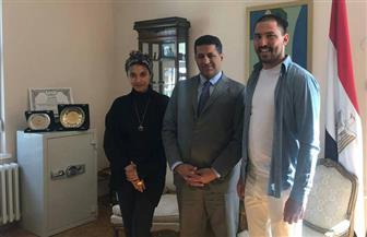 فنان صربي يعرب لسفير مصر في بلجراد عن رغبته العودة إلى مصر لرسم جداريات جمالية | صور