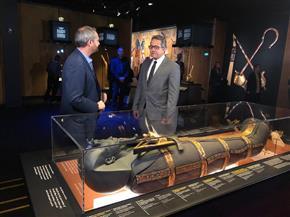 وزير الآثار يلتقي بـ15 محطة إذاعية وقنوات تليفزيونية وصحف فرنسية للحديث عن كنوز الفرعون الذهبي | صور