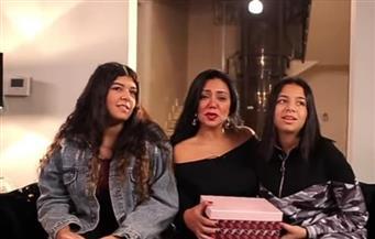 بنات رانيا يوسف يفاجئنها على الهواء لتقديم هدايا عيد الأم