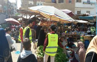 """""""المصريين الأحرار"""" بالسويس يوزع الورد على الأمهات البائعات بالأسواق"""