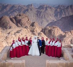 عروسان يقيمان حفل زفافهما على قمة جبل موسى | صور