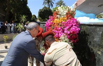 محافظ قنا يضع إكليلا من الزهور على النصب التذكاري لشهداء معركة قرية البارود | صور
