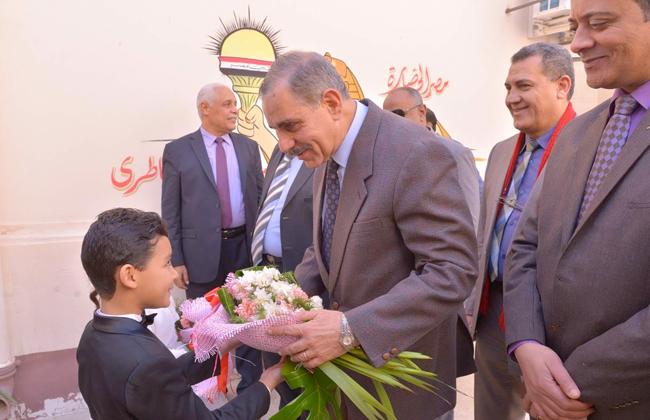 محافظ أسيوط يشهد حفل تكريم المدارس الحاصلة على الجودة والاعتماد   صور -