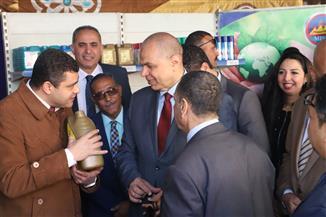 وزير القوى العاملة يفتتح معرض تسويق المنتجات بالوزارة | صور