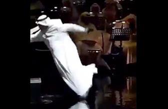 لحظة سقوط الفنان عبد الله الرويشد على المسرح في الكويت| فيديو
