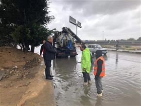 غرق الطرق المؤدية لاستاد برج العرب في مياه الأمطار والدفع بسيارات لسحبها   صور