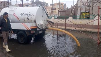 الدفع بسيارات لشفط مياه الأمطار من شوارع بورسعيد