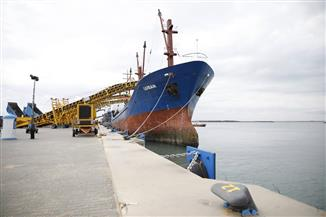 """""""مميش"""" و""""الوزير"""" يشهدان تشغيل الأرصفة الجديدة ووصول أول سفينة لشرق بورسعيد"""