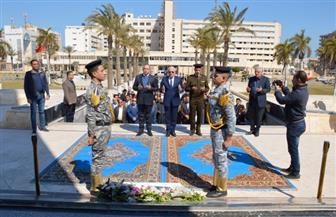 محافظ بورسعيد يضع إكليلا من الزهور على النصب التذكاري لشهداء القوات المسلحة | صور