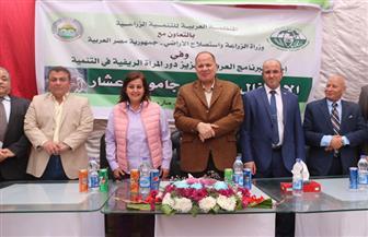 محافظ الفيوم ونائب وزير الزراعة يسلمان 37 رأس جاموس للأسر الأولى بالرعاية |صور