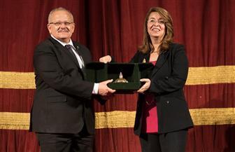 تكريم غادة والي بجامعة القاهرة باعتبارها نموذجا للمرأة الناجحة | صور
