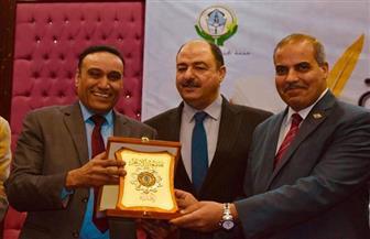 """رئيس جامعة الأزهر يكرم الشاعر علاء جانب في احتفالية """"يوم التفوق""""   صور"""