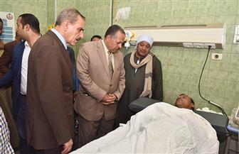 محافظ أسيوط يزور سائقا بالمستشفى تعرض لحادث انقلاب سيارة أثناء العمل | صور