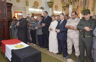 محافظ بني سويف والقيادات الأمنية يتقدمون الجنازة العسكرية لشهيد القوات المسلحة | صور