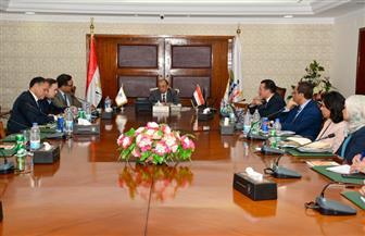 وزير التنمية المحلية يبحث مع وفد من البنك الدولى خطط  تطوير منظومة التخطيط المحلى بالمحافظات | صور