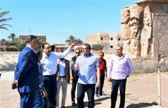 رئيس الوزراء يلتقط صورا تذكارية مع السائحين.. ووزير الآثار يشرح تطوير معبد امنحتب الثالث غرب الأقصر| صور