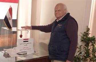 مصري تسعيني يحرص على الإدلاء بصوته في استفتاء التعديلات الدستورية باليونان