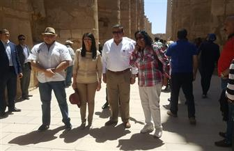 """وفقا للأسطورة.. وزيرة السياحة تطوف حول """"الجعران"""" في معبد الكرنك للحصول على الحظ السعيد   صور"""