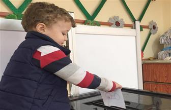 """أصغر ناخب في مصر يدلي بصوته في السويس بصحبة جدته.. ويردد: """"اعمل الصح"""""""