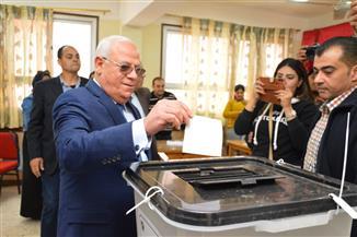 محافظ بورسعيد يدلي بصوته في الاستفتاء على التعديلات الدستورية.. ويشيد بإقبال المواطنين | صور