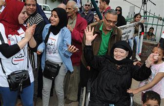مواطنون يتوافدون على لجان الاستفتاء حاملين اﻷعلام المصرية بمنطقة الدقي | فيديو