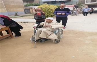 مسن يدلي بصوته في الاستفتاء على كرسي متحرك داخل لجنة بطنطا| صور