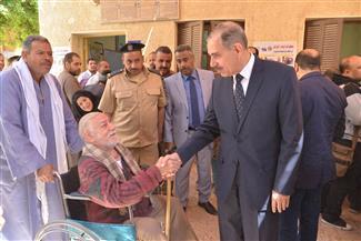 محافظ أسيوط يصطحب مسنا على كرسي متحرك للإدلاء بصوته في الاستفتاء  صور