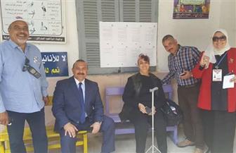 رئاسة حي مصر الجديدة تساعد مريضة للوصول لمقار الاستفتاء على التعديلات الدستورية | صور