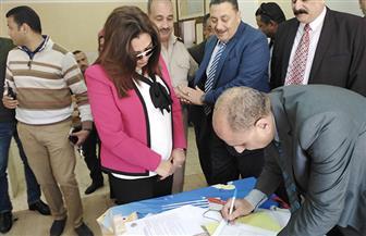 محافظ دمياط تدلي بصوتها في الاستفتاء بقرية البصارطة