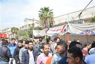 أجواء احتفالية في شبرا وإقبال كثيف من الشباب للإدلاء بأصواتهم في الاستفتاء | فيديو