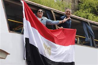 حكيم يغني على ظهر أتوبيس ويدعو المواطنين للمشاركة بالاستفتاء على تعديلات الدستور