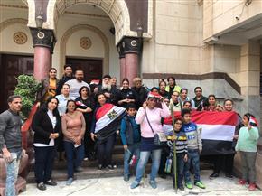 كاهن كنيسة مارجرجس في بورسعيد يقود مسيرة إلى لجان الاستفتاء.. والمشاركون يرفعون علم مصر | صور