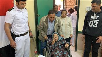 مسنون على كراسي متحركة يدلون بأصواتهم في أول أيام الاستفتاء على تعديلات الدستور |صور