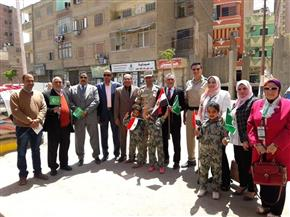 """أعضاء """"وفد بني سويف"""" يوزّعون الورود على المشاركين في """"الاستفتاء"""""""
