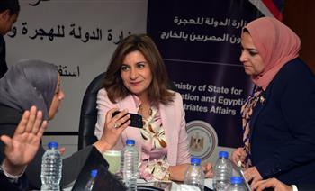 """غرفة عمليات """"الهجرة"""" تتواصل مع رموز الجاليات المصرية لتوفير حافلات لنقل المصوتين.. ورصد 141 استفسارا"""