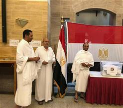 مصريون يشاركون في الاستفتاء على تعديلات الدستور بملابس الإحرام بجدة| صور